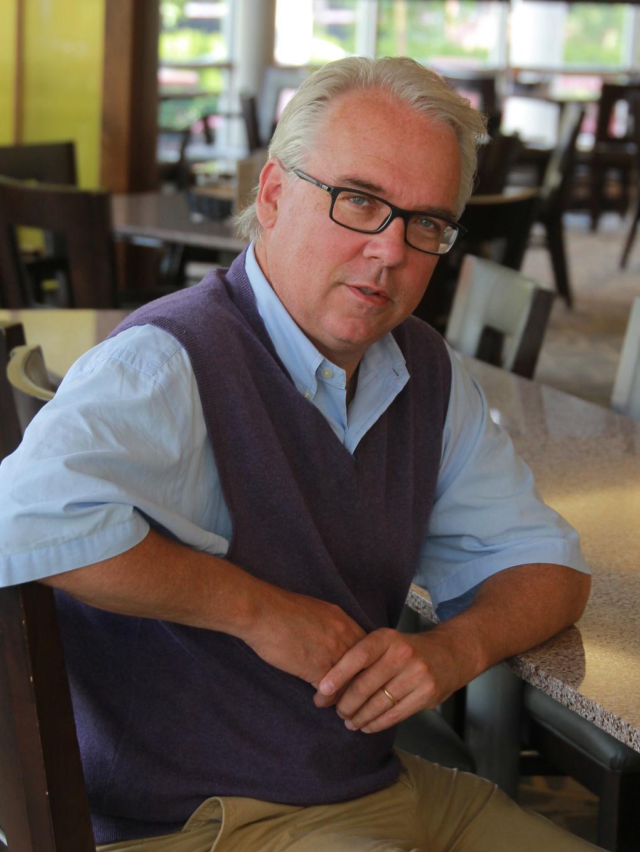 Mike Ahlgren in Cafe Laura